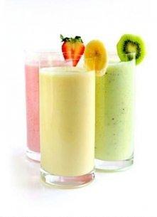 1 banan, 10 truskawek lub 2 kiwi (w zależności od tego jaki ma być koktajl) * pół cytryny * 1 łyżeczka cukru * jogurt naturalny  Do dzbanka w mikserze należy włożyć pokrojone ow...