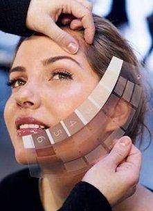 Jak dobrać idealny kolor podkładu?  1. Spójrzcie w świetle dziennym na skórę nie tylko twarzy, ale także szyi, ramion i dekoltu (zdarza się, że szyja czy dekolt są o ton jaśniej...