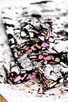 Rocky Road ('kocie łby')  Składniki na 24 kawałki:  125 g masła 300 g gorzkiej czekolady (min. 70% kakao) 3 łyżki golden syrupu 200 g herbatników (np. Rich Tea, petitk...