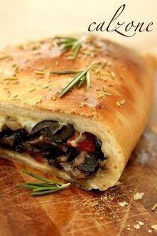 Calzone  Składniki na ciasto (4 sztuki calzone):  450 g mąki pszennej chlebowej 1 łyżeczka soli 2 łyżeczki drożdży suchych (8 g) lub 16 g świeżych 2 łyżki oliwy z oliwek 250 ml ...