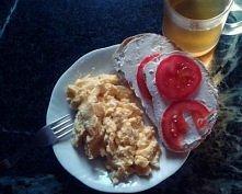 jajecznica, dwie kromki chleba razowego z białym serkiem z szynką i pomidorem ; zielona herbata :)