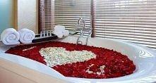 wspaniała kąpiel w płatkach róż, <3