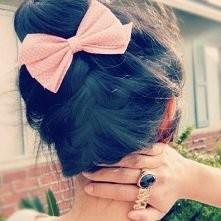 urocza kokardka jak i prosta i bardzo modna fryzurka :)
