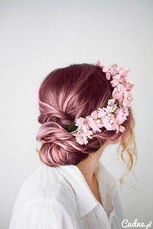 Wiosenna ślubna fryzura.