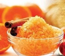 Maseczka (peeling) cukrowy  Potrzebujemy:  płaska łyżkę cukru łyżka gorącej wody  Przygotowanie: do filiżanki (lub innego małego naczynia odpornego na gorącą wodę) wsypujemy cuk...