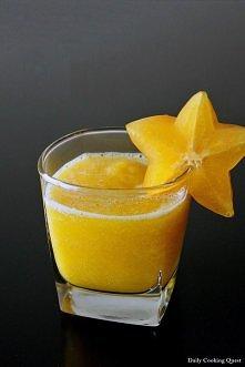 Sok zamiast kawy Zaparzamy zieloną herbatę w szklance, po czym w blanderze mieszamy z pomarańczą, połową cytryny, odrobinką świerzego imbiru i syropem klonowym(może też być miód...
