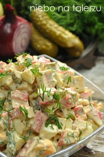 Sałatka z paluszków surimi  składniki:  - dwa opakowania paluszków krabowych (kupuję w Lidlu) - 5 jajek ugotowanych na twardo - 3 duże ogórki konserwowe - mała, czerwona cebula - trzy ząbki czosnku - dwie łyżki posiekanego koperku lub szczypiorku - dwie łyżki majonezu - pół małego opakowania jogurtu naturalnego - sól, ostra papryka, biały pieprz  Majonez wymieszać z jogurtem, rozgniecionym czosnkiem i posiekanym szczypiorkiem lub koperkiem. Paluszki rozmrozić jeśli mrożone. Wszystkie składniki pokroić w grubą kostkę (cebulę drobno) , doprawić solą, papryką i pieprzem, zalać jogurtowym sosem, wymieszać, schłodzić w lodówce.  Mówię Wam - niebo na talerzu:)