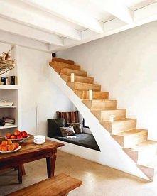 pod schodami