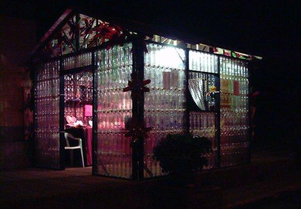 A tak w nocy wygląda dom z butelek