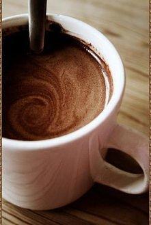 Szybka gorąca czekolada.  Wystarczy wziąć: - 1 szklankę mleka - 1 czubatą łyżeczkę nutelli Wlać mleko do garnuszka, dodać nutelle i mieszać do efektu rozpuszczenia się, na konie...