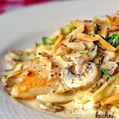 Mega szybki obiad.... Zobacz jak go zrobić  Na patelni podsmaż cebulę, czosnek. Wrzuć kawałki kurczaka, pieczarki. Po 5 minutach wlej słodką śmietanę. Całość wymieszaj z wcześniej ugotowanym makaronem. Przypraw solą i pieprzem. Podawaj posypane prażonymi migdałami
