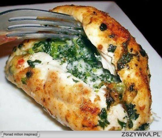 Pierś z kurczaka ze szpinakiem i mozzarellą  Składniki: - pierś z kurczaka - czosnek - ser mozzarella - liście szpinaku - sól i pieprz  Przygotowanie:  Szpinak podsmaż z czosnkiem. Piersi rozbij, nakładaj po kawałku mozzarelli i łyżkę szpinaku. Zwiń, posól, popieprz. Rozgrzej piekarnik do 180°C i zapiekaj przez 45 min