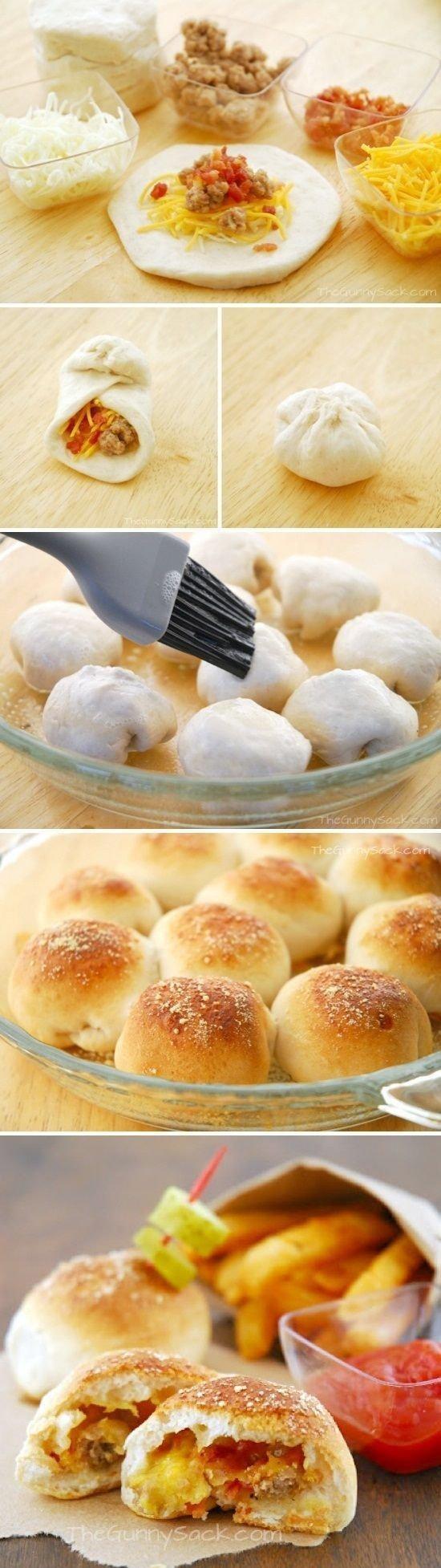 Bułeczki z mięsem mielonym, serem i pomidorami....  Gdyby komuś było potrzebne to poniżej przepis na ciasto i sposób przygotowania reszty.   Składniki: ciepła woda - 1 szklanka suszone drożdże -  10g (ja dałam 8g, bo tylko tyle miałam) olej - 1/3 szklanki sól -  1 łyżeczka jajko - 1 mąka - 3 1/2 szklanki Przygotowanie: Do miski wsypać mąkę, suche drożdże i sól. Dodać ciepłą wodę, olej i jajko i połączyć dokładnie składniki. Wysypać ciasto na stolnicę i wyrobić. Włożyć ciasto do miski, przykryć ściereczką i odstawić na 30 minut.  Podzielić ciasto na części, formować niewielkie kółka, na środku każdego położyć ser, mięso i pomidory i w dłoniach uformować kuleczki. Ułożyć bułeczki obok siebie w odstępach. Posmarować roztrzepanym jajkiem. Piec w temperaturze 200 stopni przez 15-20 minut aż bułeczki się zarumienią.