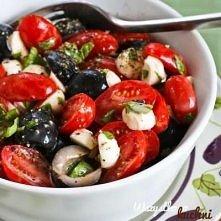 Sałatka z pomidorków koktajlowych, czarnych oliwek, mini mozzarelli, świeżych...