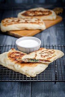 Gozleme – turecki chlebek Ciasto •300 g mąki pszennej •90 ml ciepłej wody •szczypta soli •10 g świeżych drożdży •1 łyżka oliwy Farsz •100 g sera feta •100 g liści szpinak...