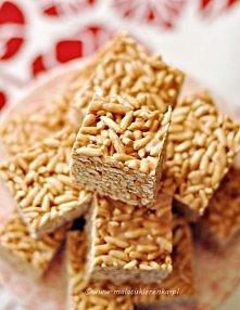 """Batoniki ryżowe z piankami i krówkami    Składniki: 230g miękkich krówek 130g masła 200g pianek typu marshmallows (użyłam polskich """"jojo"""") 120g preparowanego ryżu   1. Blaszkę o..."""