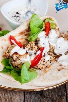 """KEBAB DROBIOWY  Składniki (na 4 porcje): [S. Hage, """"The Lebanese Kitchen""""] 500 g piersi z kurczaka, pokrojonych w kostkę (dwie duże piersi) 4 ząbki czosnku pół łyżeczk..."""