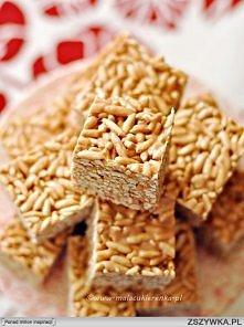 """Batoniki ryżowe z piankami i krówkami     Składniki:  230g miękkich krówek  130g masła  200g pianek typu marshmallows (użyłam polskich """"jojo"""") 120g preparowanego ryżu   1. Blasz..."""