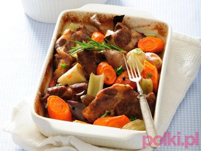 Potrawka z mięsem i warzywami  Tego potrzebujesz:      1 kg karkówki     olej     3 marchewki     duży por     2 duże cebule czerwone     2 ząbki czosnku     1,5 szklanki bulionu     mała gałązka rozmarynu     listek laurowy     po kilka ziaren ziela angielskiego i pieprzu     sól     pieprz  Sposób przygotowania Sprawdź przepis na potrawkę z warzywami! 1. Mięso opłucz, osusz, pokrój w plastry. 2. Oprósz solą i pieprzem, odstaw na 15 min. 3. Obsmaż na oleju. 4. Marchew obierz, opłucz, pokrój na kawałki. 5. Pora oczyść, pokrój na kawałki. 6. Cebulki obierz, pokrój w cząstki. 7. Ząbki czosnku obierz, pokrój w plasterki. 8. Naczynie żaroodporne natłuść olejem. 9. Umieść w nim mięso i warzywa, zalej bulionem, dodaj przyprawy. 10. Naczynie przykryj, wstaw do piekarnika o temp. 200°C. 11. Całość piecz ok. 45 min.