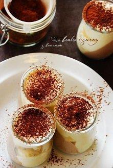 Składniki na 4 małe desery:  400 g serka homogenizowanego waniliowego  2 łyżki kakao  1 łyżka żelatyny  1/3 szklanki wrzątku  1/3 szklanki mleka  1 duży banan    Żelatynę rozpuś...