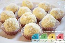 dietetyczne Rafaello Składniki: ^ 100g wiórków kokosowych ^ 30g płatków owsianych ^ jajko ^ dojrzały banan ^ aromat kokosowy ^ 50g jogurtu naturalnego 0% ^ według uznania słodzi...
