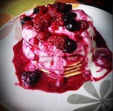 Serowe dietetyczne pancakes  Potrzebujesz: *220g serka twarogowego Emilki 0% *2 jajka + jedno białko(żółtka i białka oddzielnie) *3 płaskie łyżki mąki pełnoziarnistej *słodzidło...