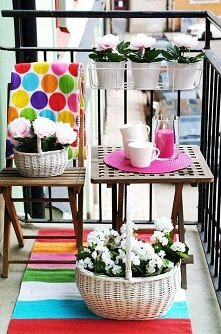 balkonik: kwiaty w wiklinow...