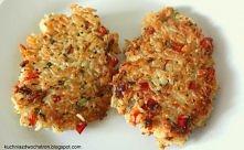 Placki ryżowe SKŁADNIKI (na ok. 8 placuszków)  szklanka ryżu cebula łyżka masła natka pietruszki 2 ząbki czosnku pół papryki 4 jaja bazylia tymianek oregano sól pieprz szklanka ...