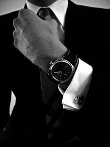 A może coś w takim stylu?  Spinki, krawat, zegarek, garnitur.