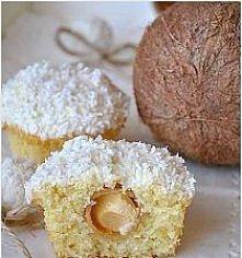 Kokosowe muffinki (Rafaello)  SKŁADNIKI NA CIASTO: ILOŚĆ: ok. 12 muffinek 1 ¼ szklanki mąki pszennej 1 łyżeczka proszku do pieczenia szczypta soli ¾ szklanki cukru 1 1/3 szklank...