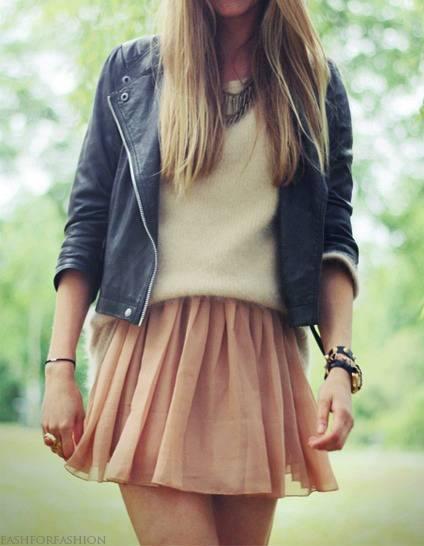 Ciekawa stylizacja, sweterek, delikatna spódnica do tego rokowa ramoneska. Jak oceniacie?
