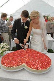 Tort weselny w kształcie serca z truskawkami