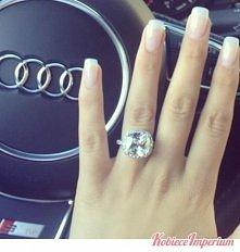 paznokcie jak i pierścionek na plus.