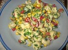 2 opakowania tortellini z mięsem lub grzybami 2 średnie papryki - pokrojone w kostkę 1 świeży ogórek pęczek szczypiorku 2-3 ząbki przeciśniętego czosnku puszka kukurydzy 4-5 łyż...