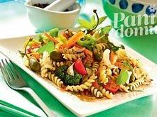 Sałatka makaronowa z warzywami Tego potrzebujesz: - 30 dag makaronu świderki - 1/2 brokuła - 2 marchewki  - biała cebula - pęczek bazylii - 20 dag pomidorków czereśniowych - łyż...
