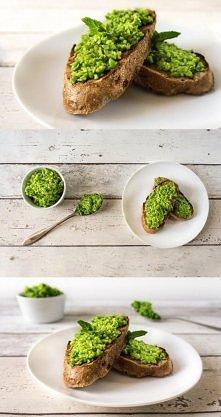 Pesto z zielonego groszku z odrobiną mięty, czosnkiem i oliwą z oliwek. Smakuje doskonale na grzankach z ciemnego pieczywa, może być również użyte jako dodatek do makaronów zami...