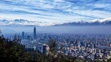 Santiago, Chile. Ameryka Poludniowa i widok na najdluższe pasmo górskie na św...
