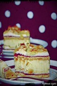 Składniki na kruche ciasto: 500g mąki 2 płaskie łyżeczki proszku do pieczenia 1/2 szkl cukru pudru 200g margaryny 6 żółtek Składniki na bezę: 9 białek Szczypta soli 3 szklanki c...