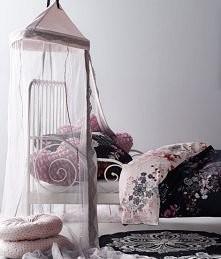 Łóżko z baldachimem.