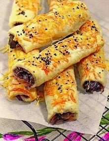 Paluchy z ciasta francuskiego z pieczarkami i cebulką  Nadziewane pieczarkami i czerwoną cebulką. Wierzch posypany serem żółtym i czarnuszką, która nadaje całości ciekawego smak...