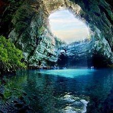 Jaskinia Melissani w Grecji. na wyspie  Kefalinia. We wnetrzu znajduje sie jezioro, ktorego głębokość dochodzi do 18 metrow. Nie przeszkadza to jednak w podziwianiu jego kamieni...