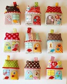Poduszki w kształcie różnokolorowych domków =) Pomysł DIY