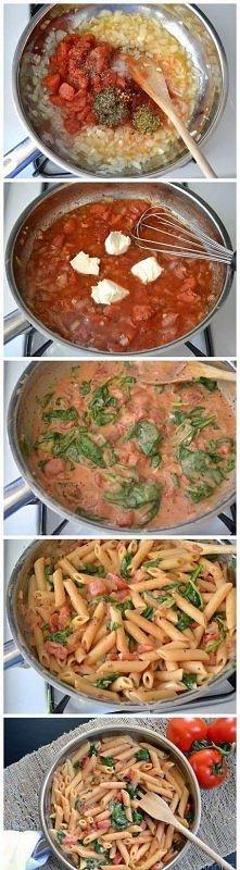 W głębokiej patelni podsmażamy cebulkę, kiedy się zarumieni dodajemy pomidory...