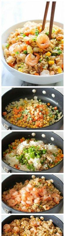 Krewetki z ryżem i warzywami  Na głębokiej patelni podsmażamy cebulkę, dodajemy mieszankę warzywną mrożoną bądź świeżą - kukurydza, marchewka, groszek (bądź coś innego wg upodob...