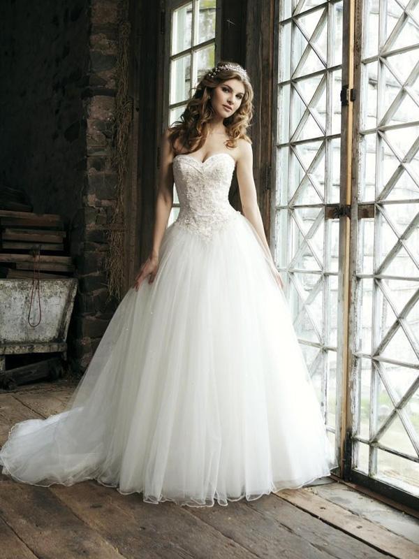 Biała sukienka z tiulu Paris z falbaną na dole | Fashion