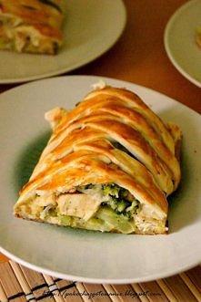 Ciasto francuskie z kurczakiem i brokułami Składniki: - 1 mały brokuł - 1 op. ciasta francuskiego - 1 podwójny filet z kurczaka - 6 łyżek startej mozzarelli - 1 jajko - sól i pi...