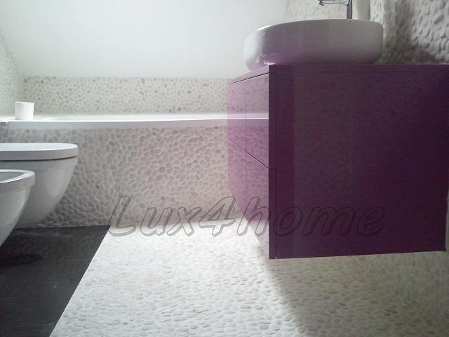 Wanna z otoczaków. Obudowa wanny z mozaiki otoczakowej White Timor 30x30 od Lux4home™. Dzięki temu, że Lux4home™ ma małe kamyki wyszło tak ładnie...