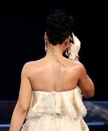 tatuaż gwiazdki na szyi