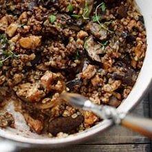 Zapiekanka z kurczakiem, kaszą gryczaną i grzybami  szybka i łatwa do przygotowania  Składniki, 4 porcje:  • 2 pojedyncze piersi kurczaka • 3 łyżeczki suszonego majeranku • 1,5 ...
