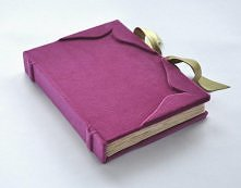 Ślubna księga gości fuksja. Księga gości od podstaw wykonana ręcznie. Okładka obita puszystym aksamitem, na grzbiecie i rogach okładki wybrzuszenia inspirowane średniowiecznymi ...